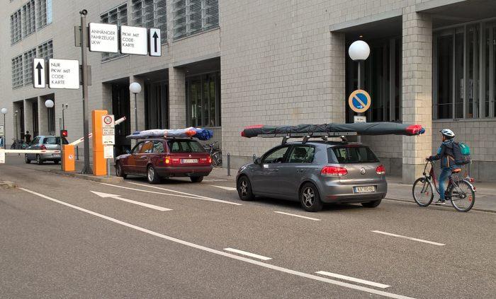Drachen werden auf dem Autodach ans KIT transportiert
